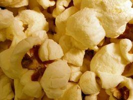 Popcorn-Bälle mit Marshmallows gemacht