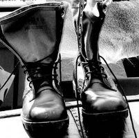 Wie man Spitze Schuhe militärischen Stil