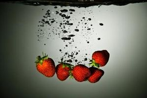 Erdbeeren in Schokolade Zuckerguss veranschaulicht