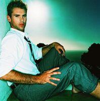 Was Farbe von Shirt mit grauen Hosen & braune Schuhe passt?