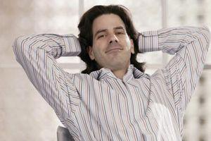 Wie man lockiges Haar hält gerade für Männer
