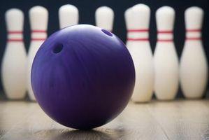 Wie man Bowlingkugel Geschwindigkeit mit einer zweihändigen Lieferung