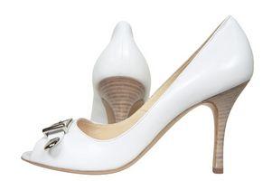 Entfernen von schwarz Scuff Marken auf weißes Kleid Schuhe