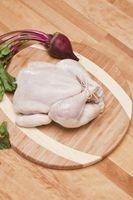 Wie man ein ganzes Huhn in Teile schneiden