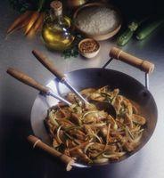 Wie man ein Huhn und Gemüse Rühren braten