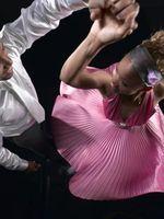Wie man Presse & Falte ein Satin-Kleid-Shirt für Herren