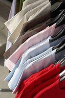 Gewusst wie: Binden Sie die Seiten von Ihrem T-Shirt