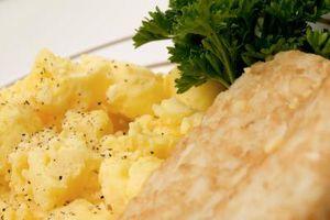 Wie Sie entwässern gekocht durcheinandergemischte Eier