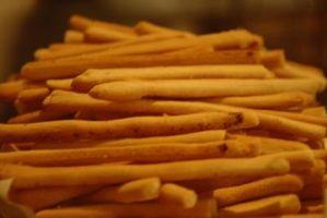 Wie man Brot-Sticks aus Pizzateig
