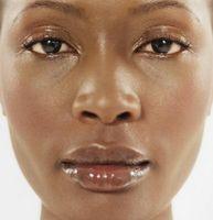 Wie man Make-up letzter ganztägig auf fettige Haut