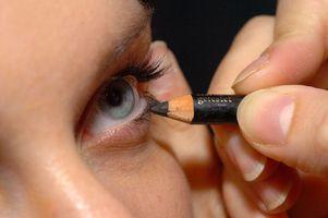 Wie wenden Sie Eyeliner auf obere & untere Deckel & bildet es bleiben