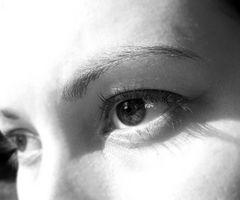 Wie man perfekte Augenbrauen zupfen