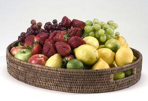 Einen kleinen Obstkorb einpacken