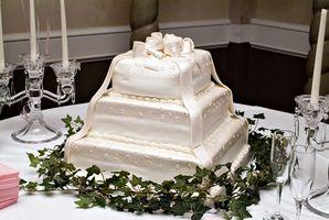 Wie lila, gelb & weißes Quadrat Hochzeitstorten machen