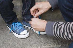 Wie Sie Ihre Schnürsenkel zu tun, damit Sie Ihre Schuhe auf gleiten kann