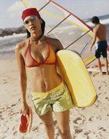 So blenden Sie Dehnungsstreifen mit Surfer Board Shorts für Frauen