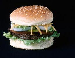 Hamburger in einer gusseisernen Pfanne Kochen